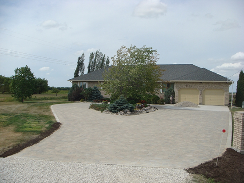 Paving stone driveway with wrap-around loop