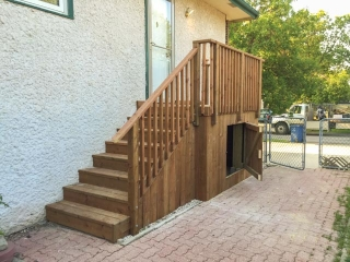 Side entrance landing with storage beneath