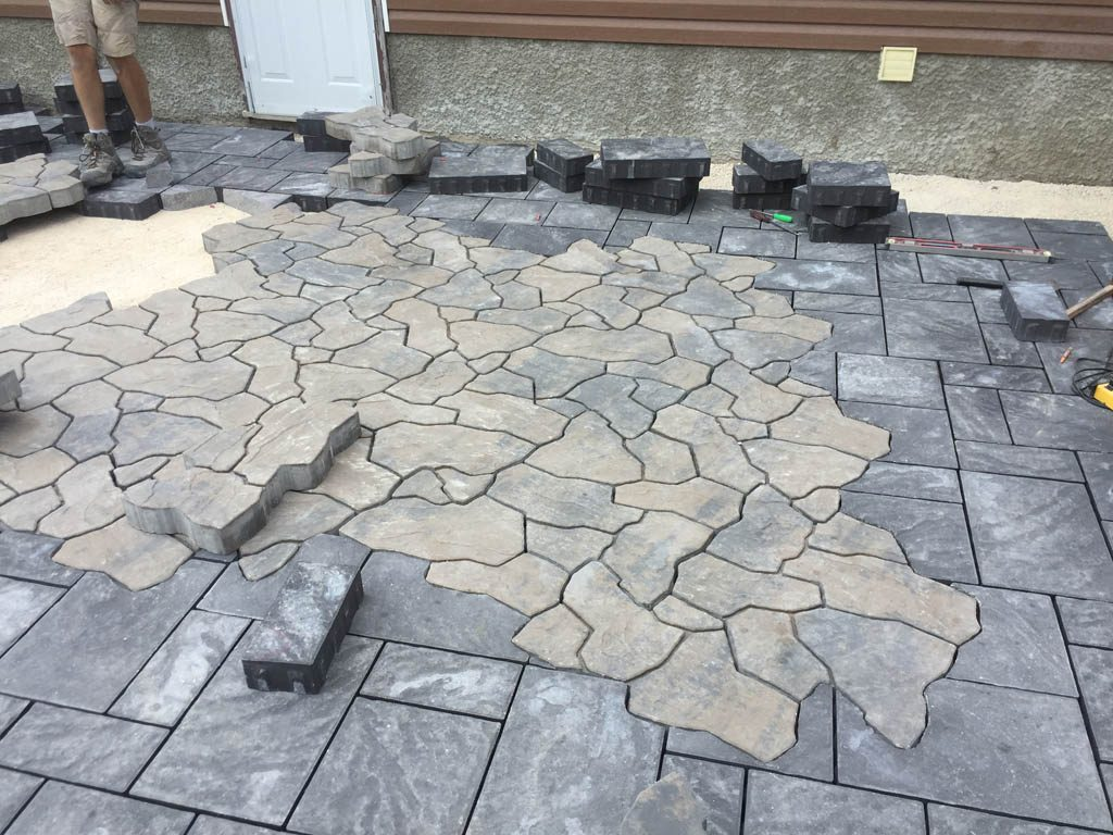 Navarro paving stone patio with Mesa Flagstone inset