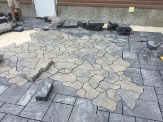 Navarro paving stone patio with Mesa Flagstone inset