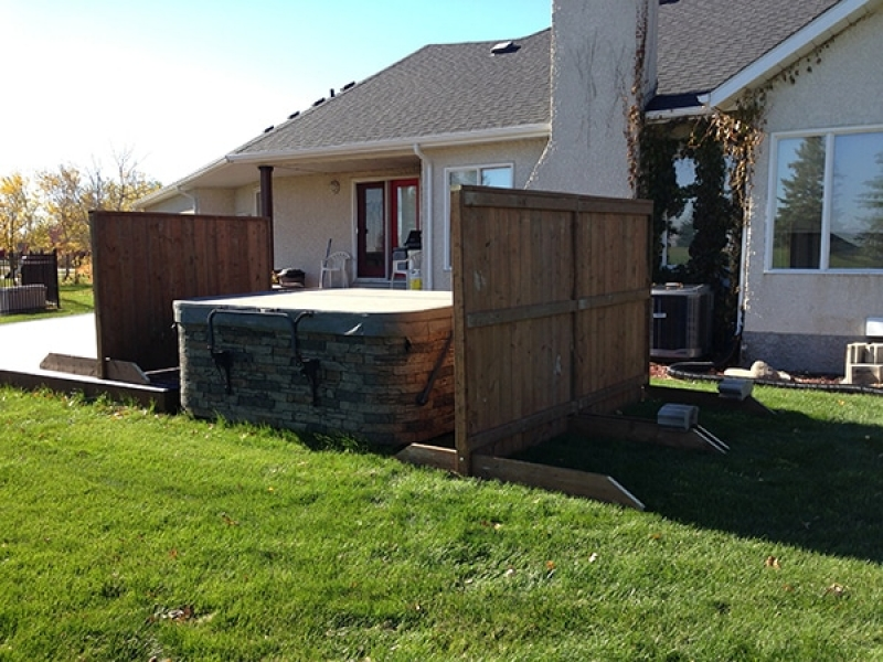 Moveable free-standing wind screens for hot tub