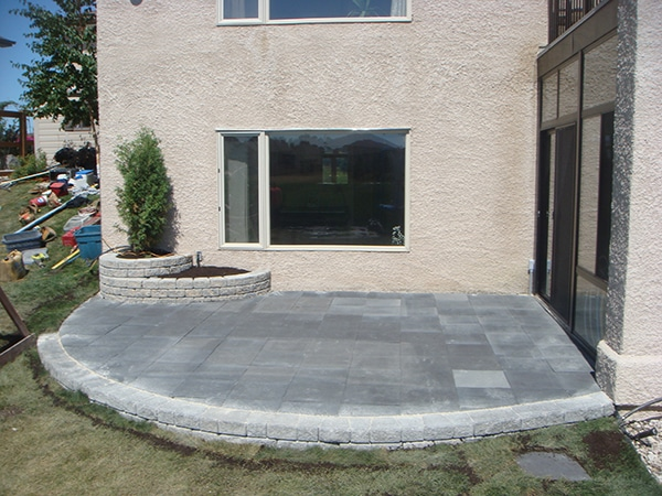 Raised patio with Dynasty Slate patio blocks in charcoal